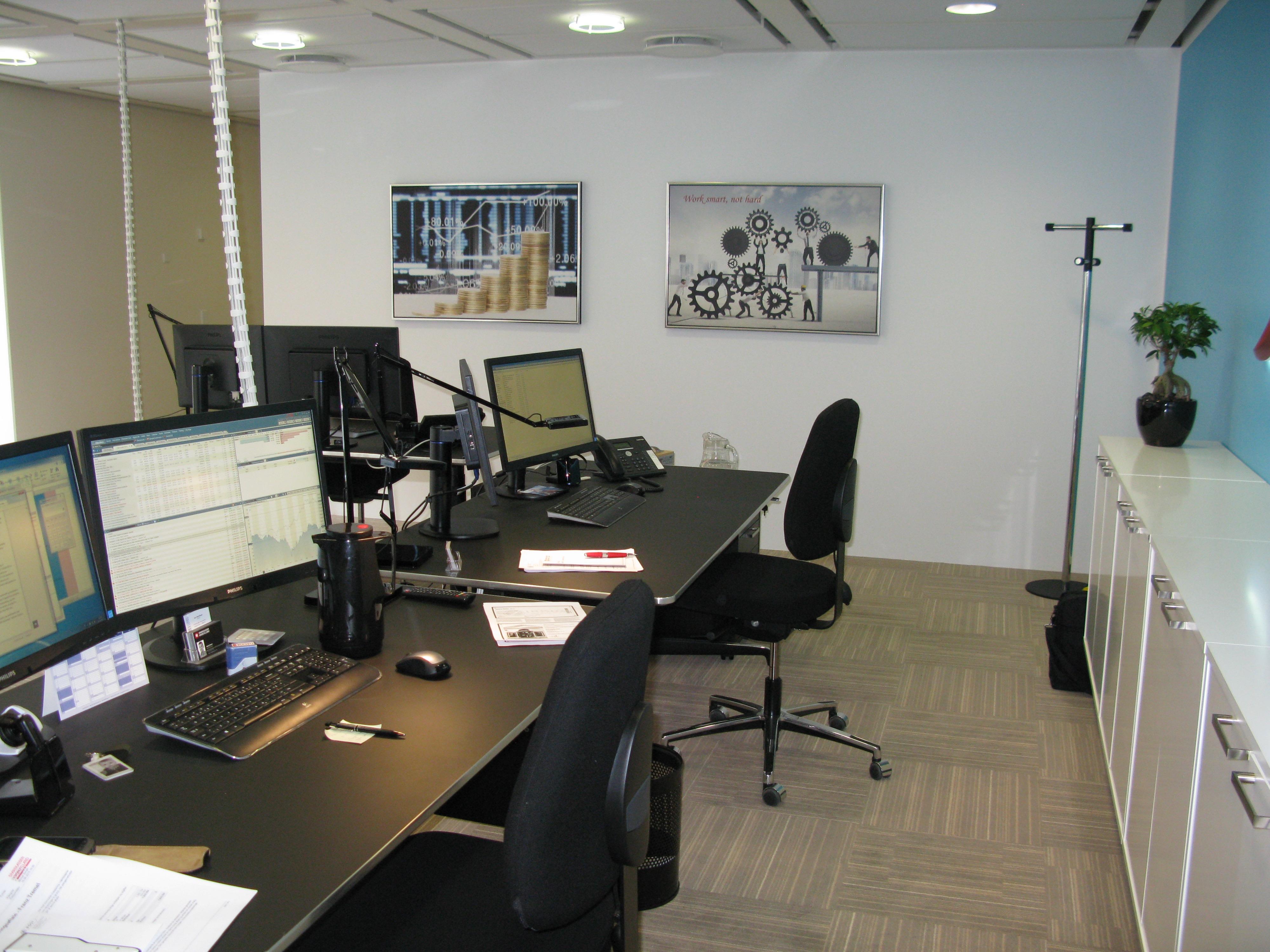I mine løsningsforslag placerer jeg møblerne så de er med til at støtte arbejdsgangen og derved akustikken