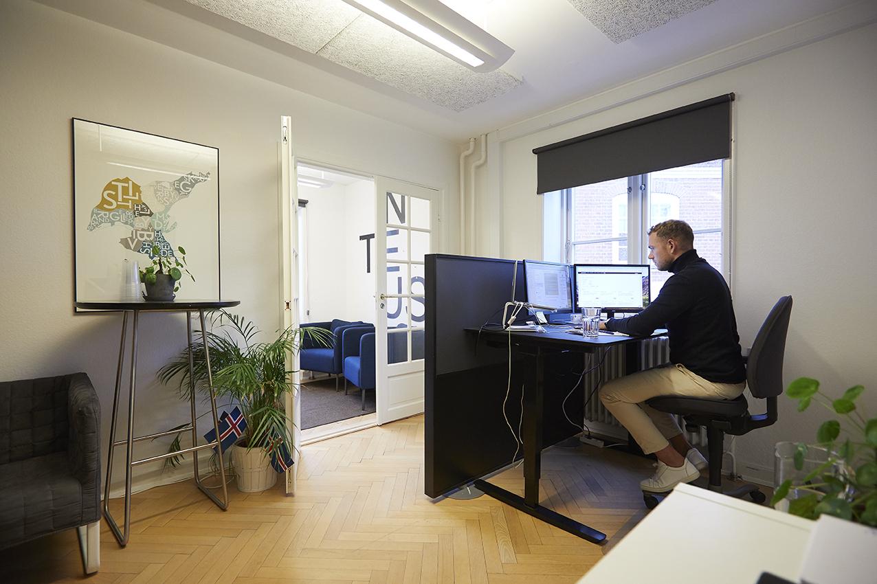 En indretning hvor der er sammenhæng mellem placering af medarbejdere, belysning, farver, møbler, design og virksomhedens profil, kan ses på trivslen og derved på bundlinjen.
