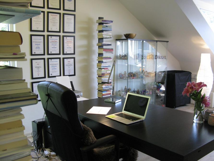 Den personlige skrivebordslampe og dagslyset tilsammen nok til at give et sundt arbejdslys på kontoret