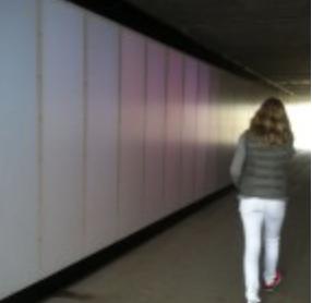 Lyset følger de forbipasserende gennem tunnelen.