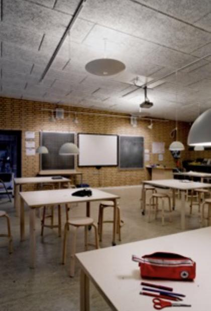 I dag skal vores lys og indretning ses som en helhedsløsning, der i samspil med arkitekturen støtter både den faglige og sociale del af læringsprocessen.