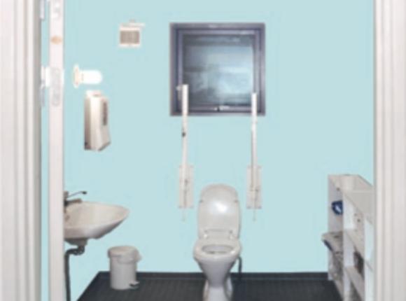 Badeværelse med kulørte vægge og hvidt sanitet gør det lettere for svagtseende ældre og demensramte, at skelne rummets elementer fra hinanden.