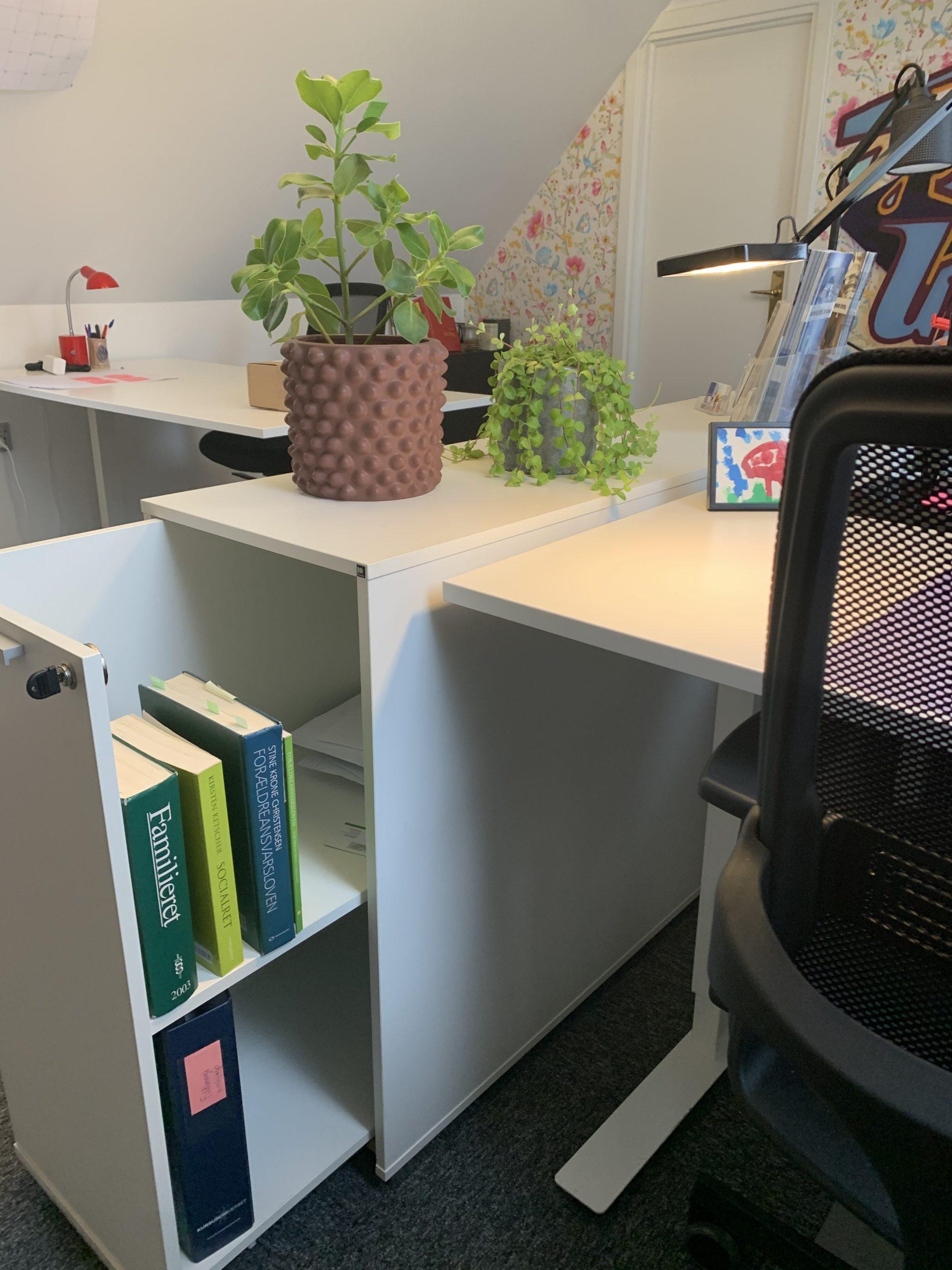Med skuffedariet som du kan se på billedet, kan du have dine mapper under skrivebordet, så du let kan sætte dem på plads i takt med, at opgaven skrider fremad.